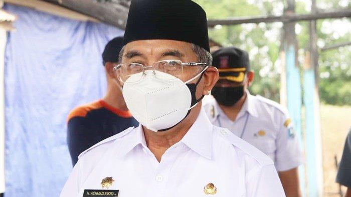Peduli Korban Kebakaran, Bupati HSS H Achmad Fikry Serahkan Bantuan
