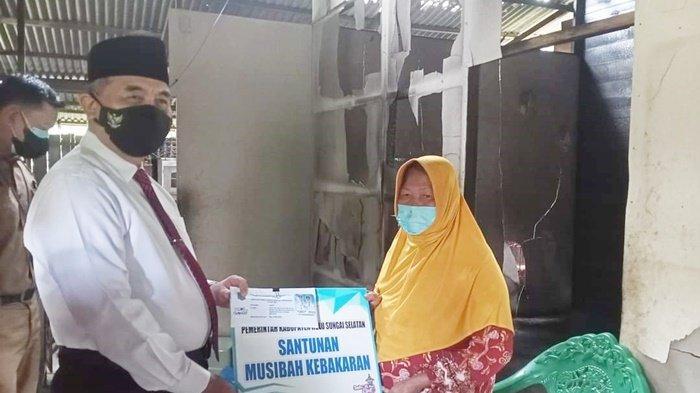 Kamar Terbakar, Pemkab HSS Berikan Santunan Rp 4 Juta kepada Warganya