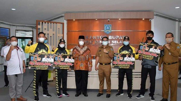 Bupati Hulu Sungai Selatan (HSS), H Achmad Fikry, didampingi Wakil Bupati, Syamsuri Arsyad, foto bersama 4 atlet Kabupaten HSS yang akan berlaga mewakili Kalimantan Selatan di PON XX Papua, Selasa (31/8/2021).