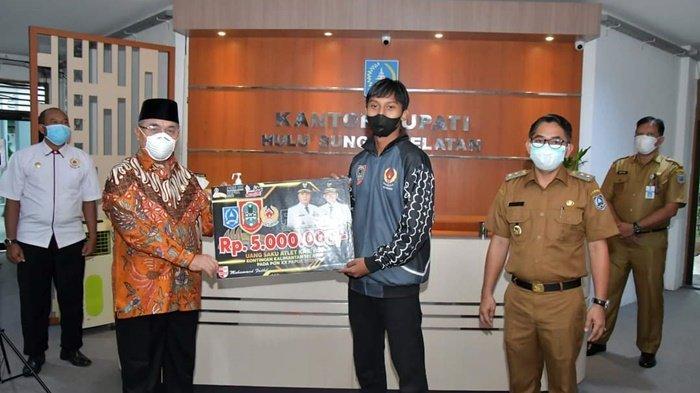 Empat Atlet Kabupaten HSS Wakili Kalsel ke PON, Bupati H Achmad Fikry Berikan Uang Saku