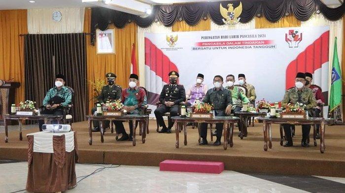 Bupati Hulu Sungai Selatan (HSS), Drs Achmad Fikry, dan para pejabat menyimak sambutan Presiden RI Joko Widodo (Jokowi) yang disampaikan saat Upacara Hari Lahir Pancasila, Selasa (1/6/2021).