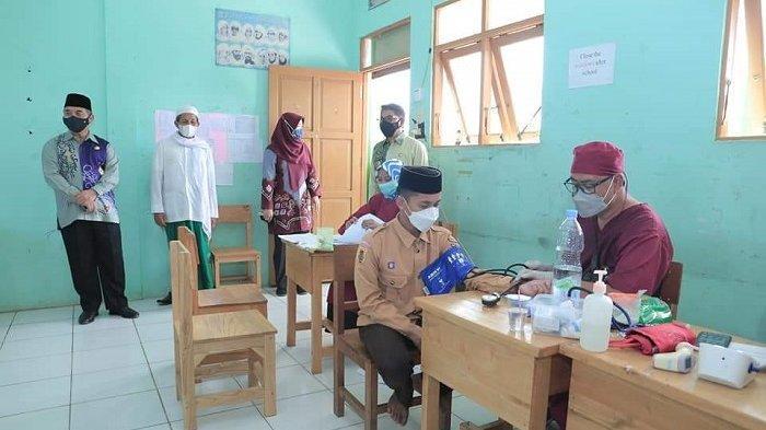 Bupati Hulu Sungai Selatan (HSS) Drs H Achmad Fikry, meninjau pelaksanaan vaksinasi covid-19 kepada santri dan santriwati, di Gedung Pertemuan Bersemarak Daha Utara, Kamis (14/10/2021).