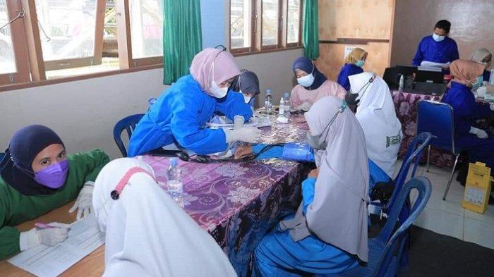 Bupati Hulu Sungai Selatan (HSS) Drs H Achmad Fikry meninjau pelaksanaan vaksinasi santri.