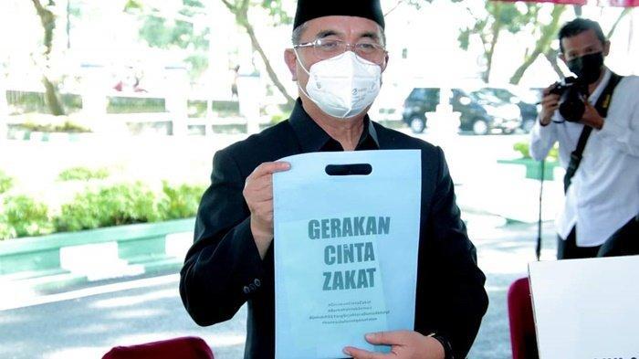 Bupati Drs H Achmad Fikry menunjukkan tas kecil bertuliskan Gerakan Cinta Zakat di halaman kantor Pemerintah Kabupaten Hulu Sungai Selatan (HSS), Kota Kadangan, Kalimantan Senin (3/5/2021).