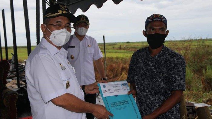 Bupati HSS H Achmad Fikry Beri Bantuan untuk Korban Kebakaran di Desa Bajayau Tengah