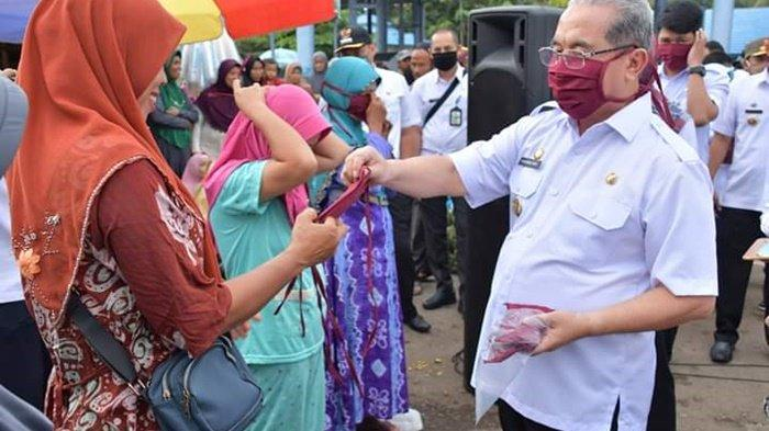 Bagikan Masker Gratis di Pasar Rakyat, Bupati HSS Utamakan untuk PKL