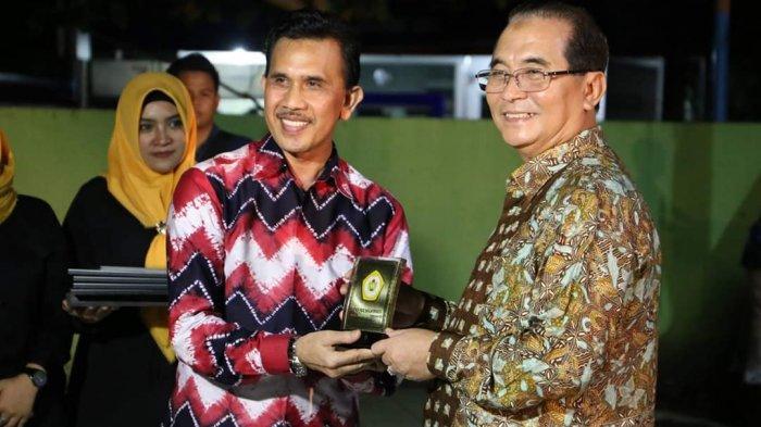 Bupati HSS Terima Penghargaan dari STIKIP PGRI Banjarmasin di Malam Pentas Seni dan Budaya