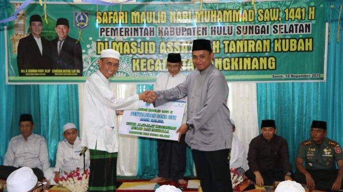 Safari Maulid, Bupati HSS Serahkan Hibah untuk Kubah Datu Taniran Masjid Munawwarah Hasanah