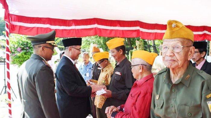 Peringati Hari Pahlawan, Bupati HSS Serahkan Tali Asih untuk Pejuang Veteran