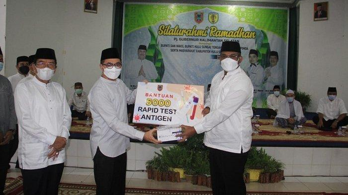 Salurkan Dana Hibah Rp 554 Juta, Pj Gubernur Serahkan 5.000 Rapid Test Antigen Kepada Bupati HST