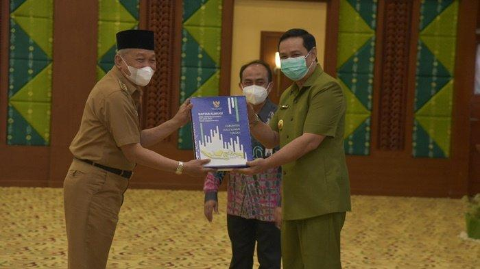 Bupati Hulu Sungai Tengah (HST), HA Chairansyah (kiri), menerima Daftar Isian Pelaksanaan Anggaran (DIPA) dan Daftar Alokasi Dana Transfer dan Dana Desa  Tahun Anggaran 2021 di Banjarbaru, Kalimantan Selatan, Selasa (1/12/2020).