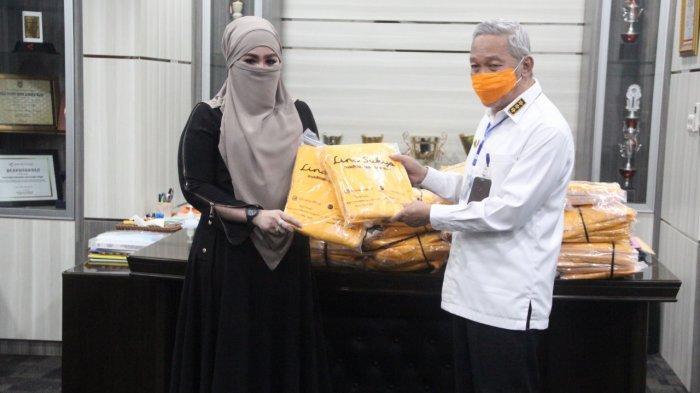 Produsen Gamis Donasikan APD ke Gugus Tugas Covid-19 Kabupaten HST