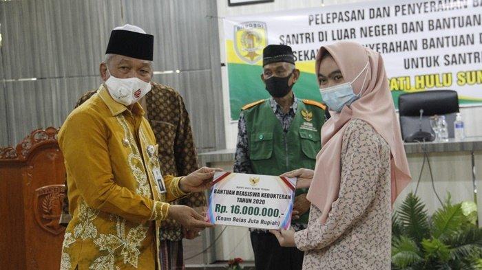 Bupati Hulu Sungai Tengah (HST), HA Chairansyah, secara simbolis menyerahkan bantuan kepada mahasiwa, Kamis (3/12/2020).