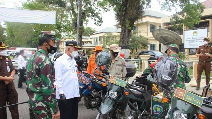 Bupati Hulu Sungai Tengah (HST), HA Chairansyah, periksa perlengkapan yang digunakan anggota tim penegakan disiplin dan penegakan hukum protokol kesehatan Covid-19, Rabu (23/9/2020).