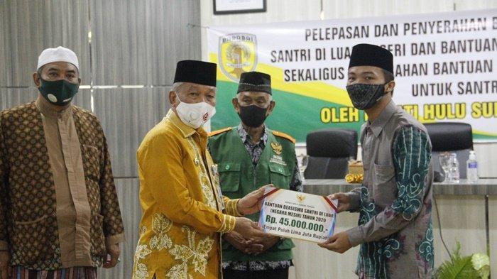 Bupati Hulu Sungai Tengah (HST), HA Chairansyah, secara simbolis menyerahkan bantuan kepada santri, Kamis (3/12/2020).