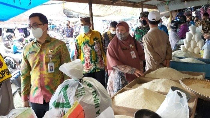 Bupati HST Memantau stok dan harga beras di pertokoan beras di Pasar Hanyar, Kamis (6/5/2021).