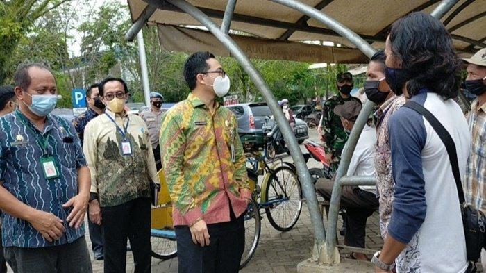 Pantau Pasar Barabai, Bupati HST Bujuk Pedagang Pakai Masker