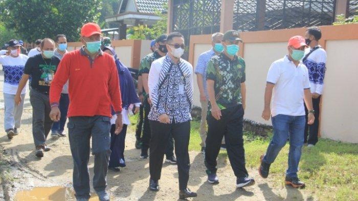 Bupati HST Sekda dan jajran pemerintahan menuju lokasi penanaman pohon