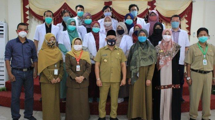 Bupati Hulu Sungai Utara (HSU), Abdul Wahid, bersama pejabat pemkab dan dokter PIDI Angkatan VIII.