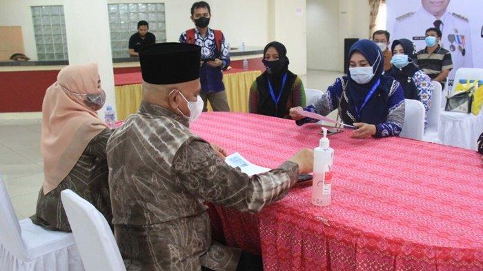 Bupati Drs H Abdul Wahid HK MM, didampingi Ketua TP PKK HSU Hj Anisah Rasyidah Wahid, menunjukkan dokumen kependukannya, serta menjawab pertanyaan kader pendataan keluarga dan supervisor di rumah dinas, di Kota Amuntai, Kabupaten Hulu Sungai Utara (HSU), Provinsi Kalimantan Selatan.