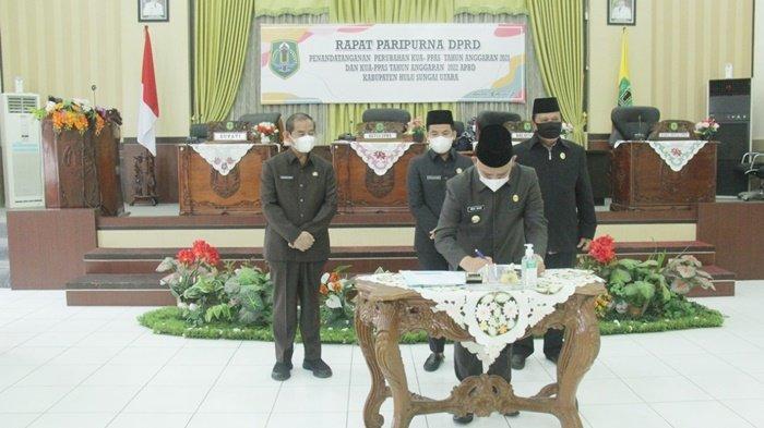 Bupati Drs H Abdul Wahid HK saat menandatangani dokumen, setelah rapat paripurna di Gedung DPRD, Kota Amuntai, Kabupaten Hulu Sungai Utara (HSU), Kalimantan Selatan, menggelar rapat paripurna, Rabu (18/8/2021).