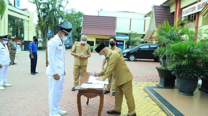 Bupati Hulu Sungai Utara (HSU), H Abdul Wahid HK, menandatangani dokumen pelantikan 30 pejabat, Senin (25/1/2021).