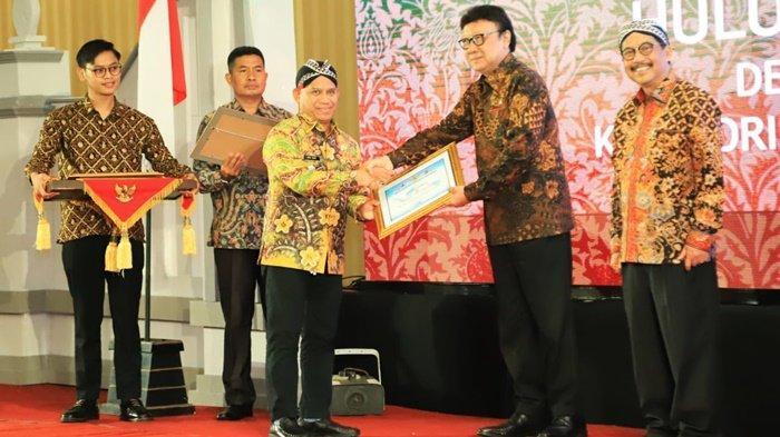 Kearsipan Pemkab HSU Raih Predikat Sangat Memuaskan, Penghargaan Diterima Langsung Bupati Wahid