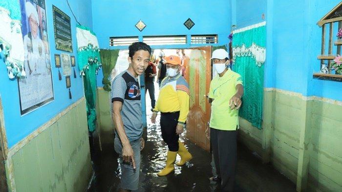 Bupati Hulu Sungai Utara (HSU), H Abdul Wahid HK, mengunjungi rumah warganya yang terendam banjir.