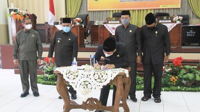Bupati H Abdul Wahid HK menyaksikan pimpinan dewan menandatangani dokumen setelah Rapat Paripurna mengenai pembangunan RSUD Pambalah Batung, bertempat di Gedung DPRD Kabupaten Hulu Sungai Utara (HSU), Kota Amuntai, Kalimantan Selatan.