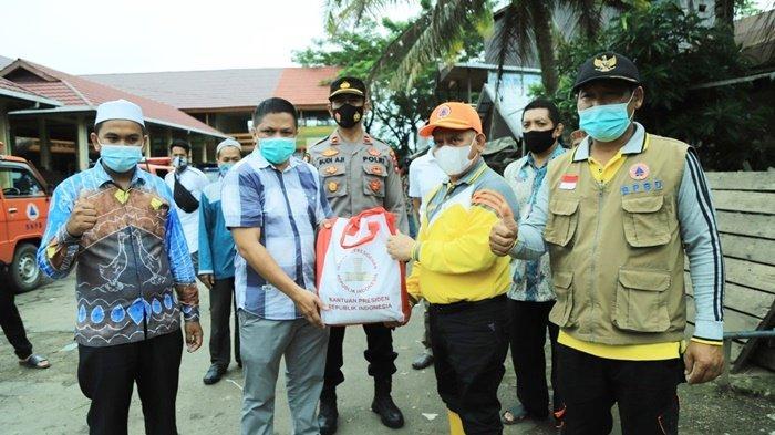 Bupati Hulu Sungai Utara (HSU), H Abdul Wahid HK, menyalurkan bantuan untuk warga terdampak banjir.