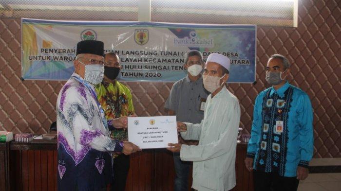Bupati HST Serahkan BLT Dana Desa kepada Masyarakat di Kecamatan Batara, ini Harapannya