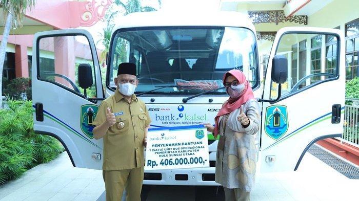 Bupati Hulu Sungai Utara (HSU), H Abdul Wahid HK, menerima secara simbolis bantuan CSR  yang diserahkan pimpinan Bank Kalsel Cabang Amuntai, Khairunnisa.