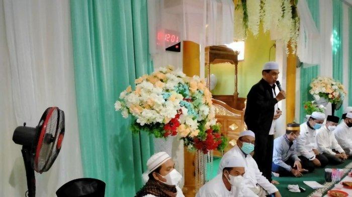 Bupati Kabupaten Tanah Bumbu Zairullah Azhar ketika memberikan sambutan di Masjid Al Muttaqin pada acara berbuka puasa, Rabu (14/4/2021 ).