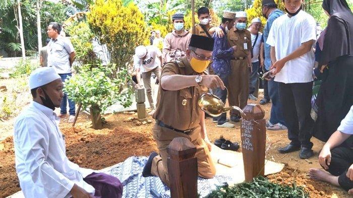 Bupati Kotabaru, H Sayed Jafar Alaydrus, turut mengikuti prosesi pemakaman Kepala Desa Banua Lawas.