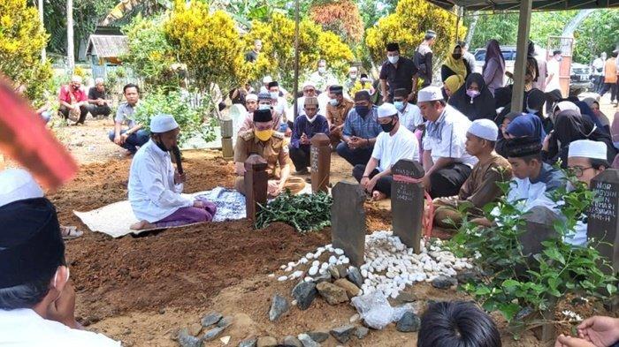 Bupati Kotabaru, H Sayed Jafar Alaydrus, saat di makam jenazah Kepala Desa Banua Lawas.