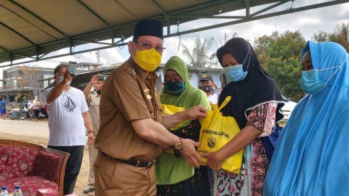 Bupati Kotabaru H Sayed Jafar menyerahkan bantuan kepada korban kebakaran di Desa Manunggul Lama, Kecamatan Sungai Durian, Kotabaru