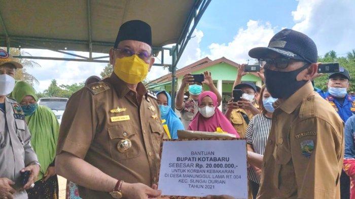 Bupati Kotabaru H Sayed Jafar menyerahkan bantuan uang kepada korban kebakaran di Desa Manunggul Lama, Kecamatan Sungai Durian, Kotabaru