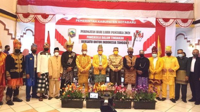 Bupati Kotabaru H Sayed Jafar SH, Wakil Bupati Andi Rudi Latif SH (tengah)dan forkopimda foto bersama usai memperingati hari lahir pancasila tahun 2021, Selasa (1/6/2021).