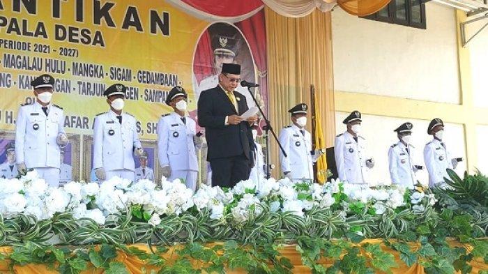Bupati Kotabaru H Sayed Jafar SH menyampaikan sambutan usai melantik 11 kepala desa terpilih. Pelantikan dilaksanakan di Desa Tarjun, Kecamatan Kelumpang Hilir, Kotabaru, Kamis (10/6/2021).