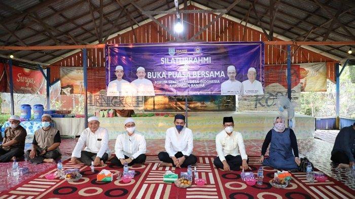 Bupati Saidi Mansyur didampingi Kepala Dinas Pemberdayaan Masyarakat dan Desa (PMD), H Syahrialludin, menghadiri pertemuan Forum Sekretaris Desa Indonesia (Forsekdesi) Kabupaten Banjar di salah satu Rumah Makan di Desa Bincau, Kota Martapura, Sabtu (1/5/2021).