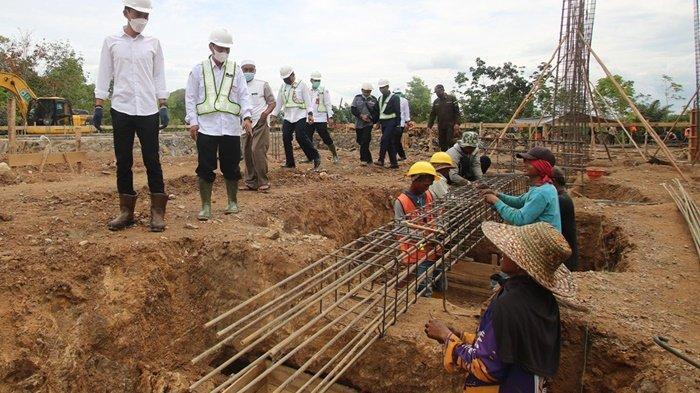 Bupati Saidi Mansyur dialog dengan pekerja pembangunan gedung baru UPT Pusat Kesehatan Masyarakat (Puskesmas) di Desa Madurejo, Kecamatan Sambung Makmur, Kabupaten Banjar, Provinsi Kalimantan Selatan, Rabu (14/7/2021).