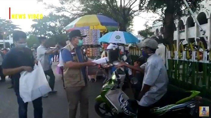 Bupati Tabalong H Anang Syakhfiani membagikan takjil berbuka puasa.