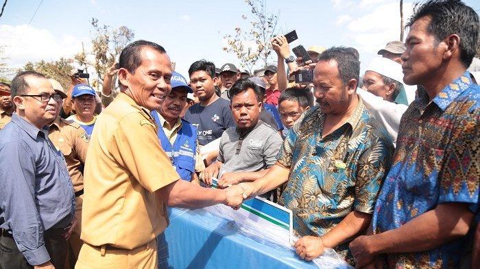 Serahkan Bantuan Korban Kebakaran di Desa Bati-Bati, Bupati Sukamta Berikan Semangat Agar Tabah