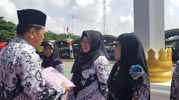 Terima Penghargaan 35 Tahun Guru Honorer TK, Lamsiah Pernah Digaji Rp 5000 Perbulan