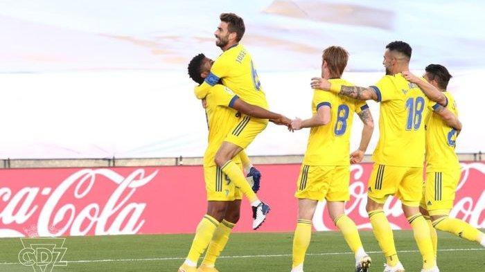 Cadiz merayakan gol Anthony Lozano dalam laga melawan Real Madrid di Liga Spanyol, Sabtu (17/10/2020) di Estadio Alfredo Di Stefano.