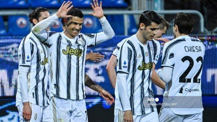 Penyerang Juventus asal Portugal Cristiano Ronaldo (kiri) melakukan selebrasi bersama rekannya Alvaro Morata, Federico Chiesa dll setelah mencetak gol ketiganya dalam pertandingan sepak bola Liga Italia Serie A Italia melawan Cagliari pada 14 Maret 2021 di Sardegna Arena di Cagliari.