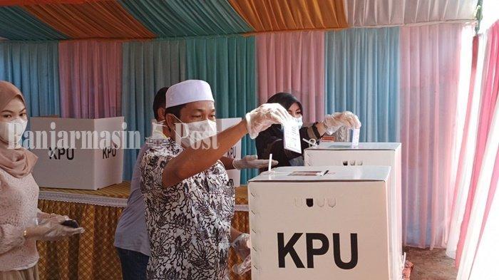 Calon bupati Abdul Hadi, menyalurkan hak pilih pada Pilkada 2020 di Kabupaten Balangan, Provinsi Kalimantan Selatan, Rabu (9/12/2020).