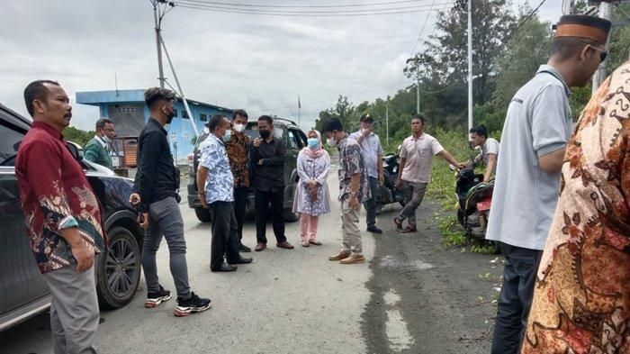 Tim ahli bersama pejabat dinas terkait mendatangi calon lokasi pembangunan pabrik pengalengan ikan di Desa Muara Ujung, Kecamatan Kusan Hilir, Kabupaten Tanah Bumbu (Tanbu), Provinsi Kalimantan Selatan, Sabtu (3/7/2021).