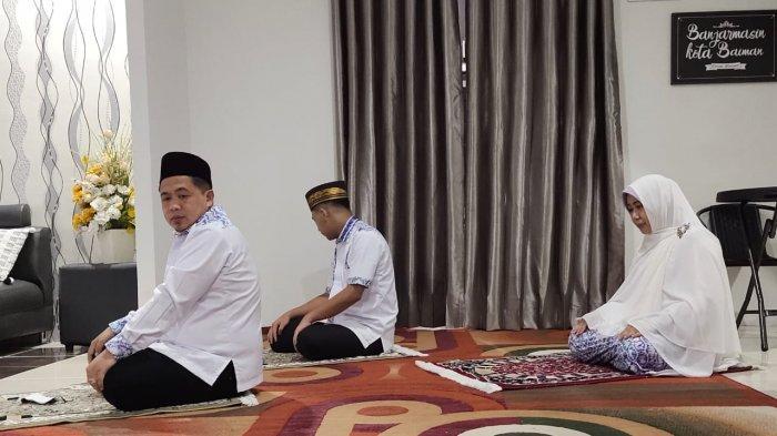 Calon Wali Kota Banjarmasin, H Ibnu Sina dan keluarga melaksanakan salat dhuha sebelum menuju TPS untuk menggunakan hak pilihnya.
