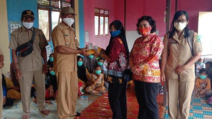 Camat Kapuas Kuala Kalteng Bagikan Masker dan Thermogun di Sekolah